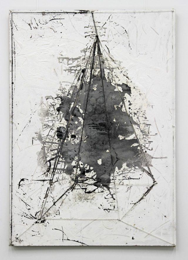 Peter Tepe: Bedrohte Pyramide [Endangered Pyramid] (2016). Photo: Jochen Müller (HHU).