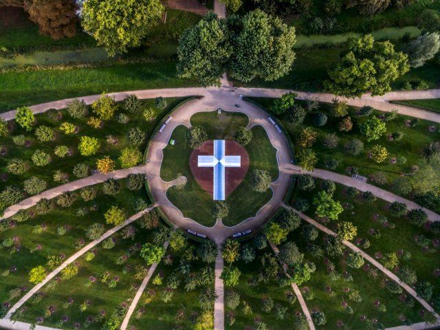 Thomas Schönauer/Andreas Kipar: Himmelskreuz im Luthergarten [Heaven's Cross] (2015). Photo: Ralph Richter.