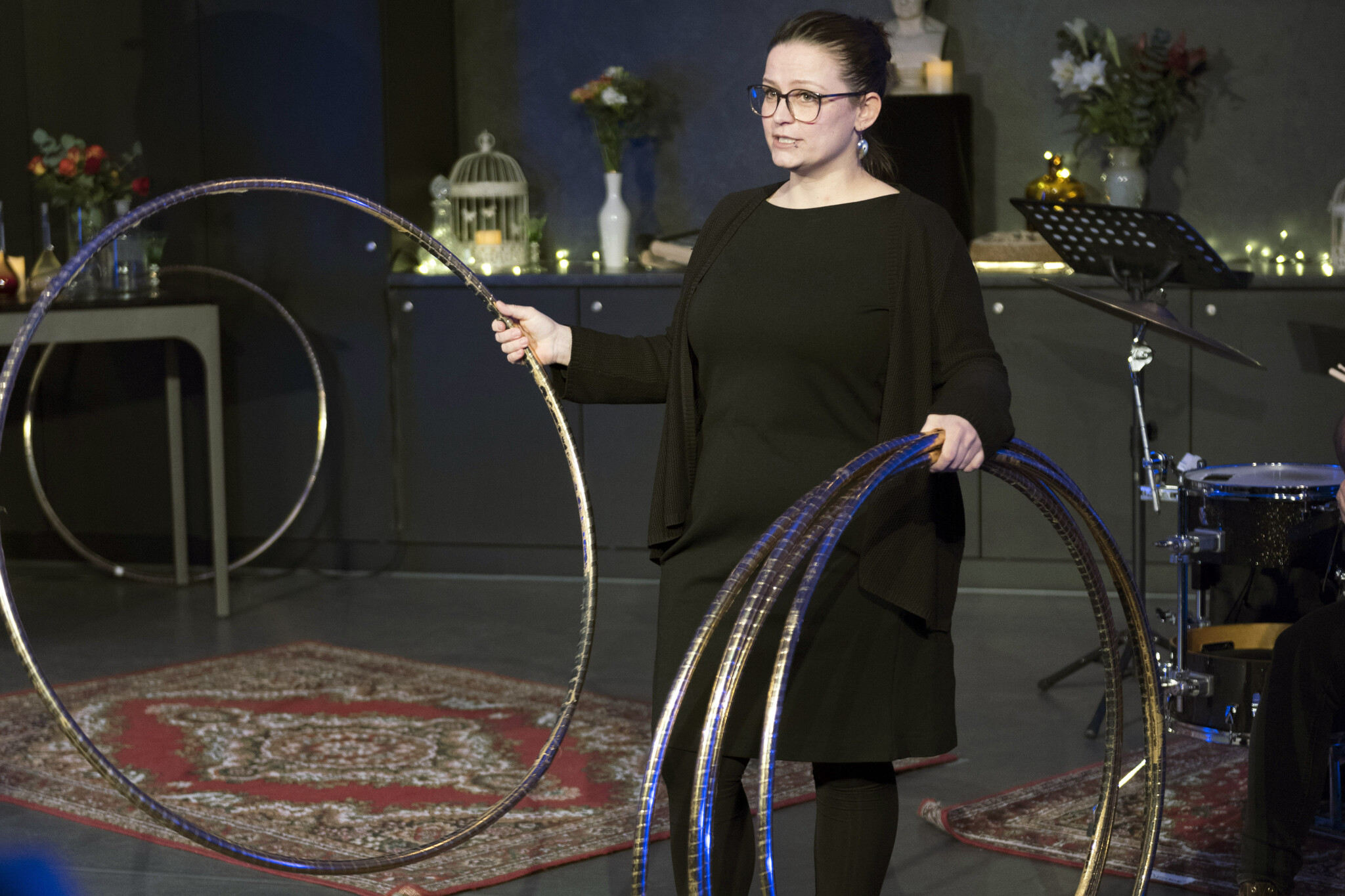 Nora Lentge-Maaß with hula-hoops (2020). Copyright: Hwa-Ja Götz, Museum für Naturkunde Berlin.